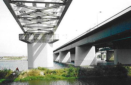 鳥飼大橋の橋脚に耐震補強を施した工事の完成写真。