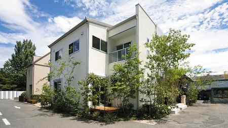 ウェルエコで建つ家のイメージ。白い清潔感のある外観に、たくさん植わった緑がよくマッチしています。見た目もエコ。