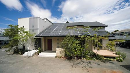 太陽光パネルを屋根に載せたおしゃれな家の写真。