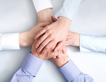 手と手を重ねる写真