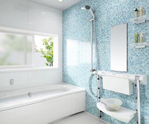 リフォーム提案、清潔な色にまとめたお風呂場の写真