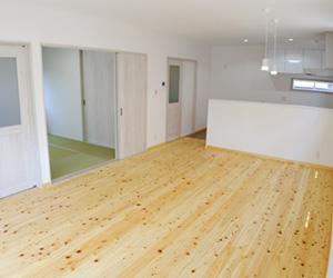 床のリフォーム工事で木目のフローリングに張り替え。