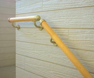 階段に角のない丸い手すりを取り付けたリフォーム工事例
