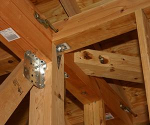 柱と梁に耐震補強をおこなった耐震リフォーム工事写真。