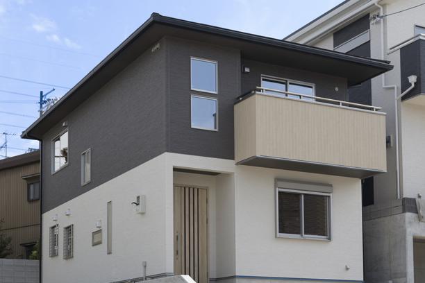外壁を横に2色で塗分けた和モダンな外観