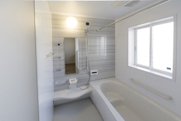 清潔感ある明るいグレーとホワイトの浴室
