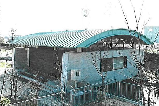 アーチ型の屋根が印象的な施設。それを分解して移動出来る構造にしました。