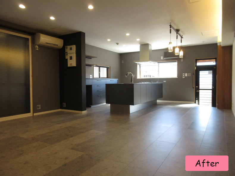 LDK 高級感のある石目調の床材に、キッチンや壁紙を黒に統一してシックな空間。
