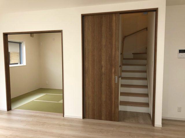 LDKからみた和室、階段